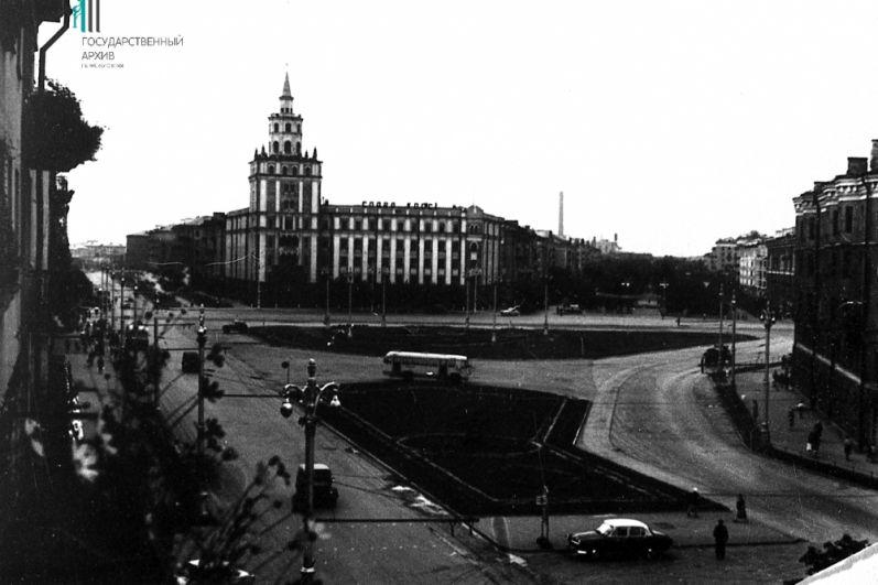 Вид на Комсомольскую площадь и Башню смерти.