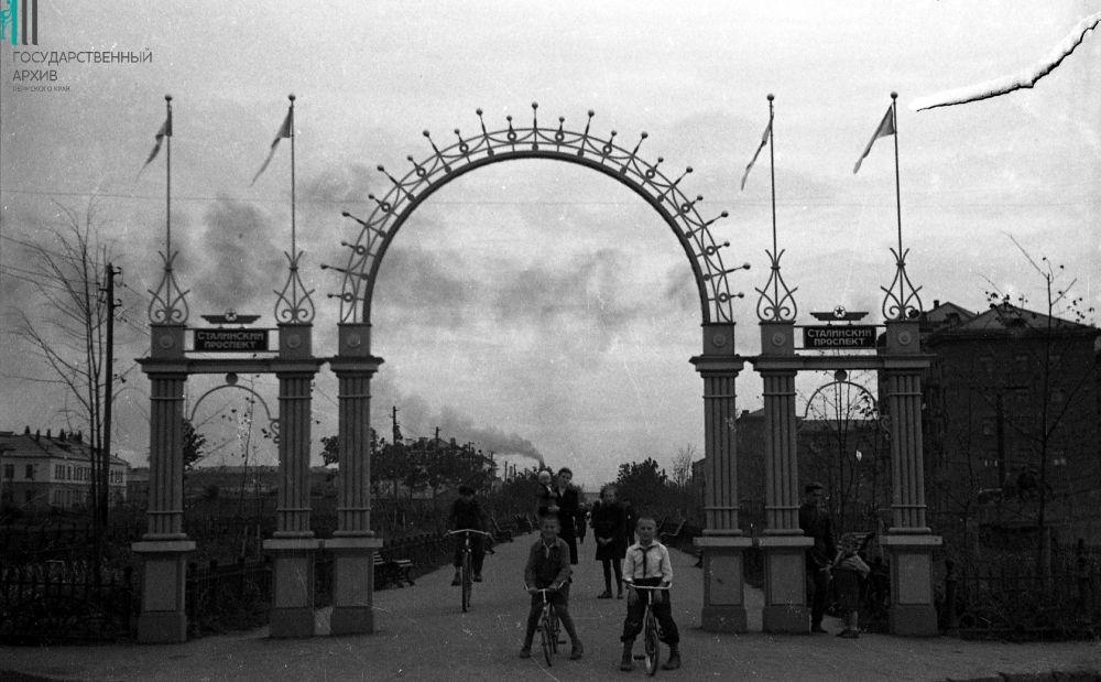 Ворота города на проспекте имени Сталина, 1950 год.