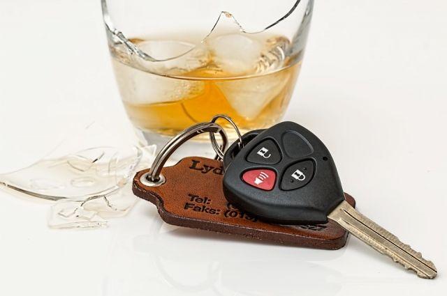Мужчина, изрядно выпив, сел за руль.