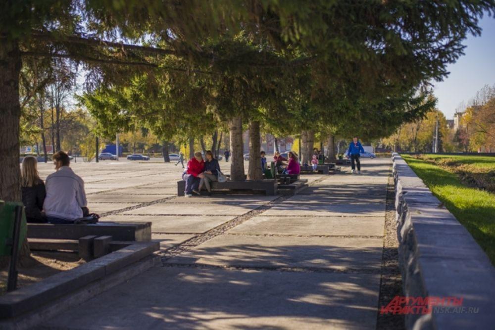 В парках и скверах гуляли влюбленные пары, семьи с детьми и пенсионеры.
