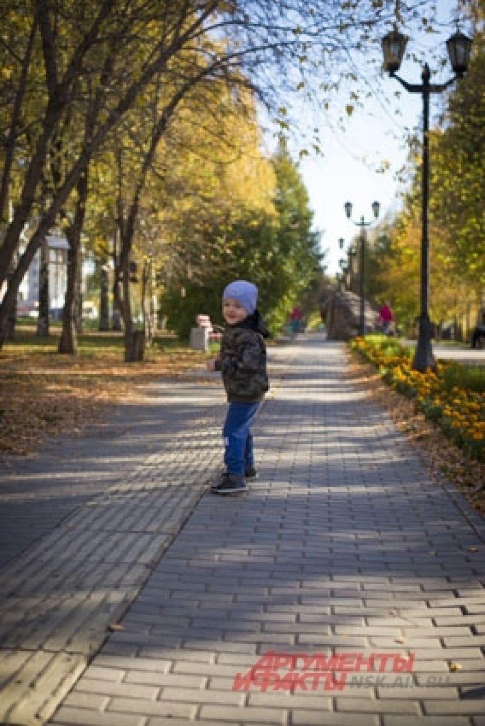 Побегать по солнечным дорожкам - любимое занятие для детей.