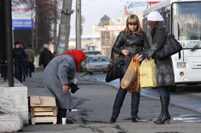 Попрошаек на улицах становится больше.