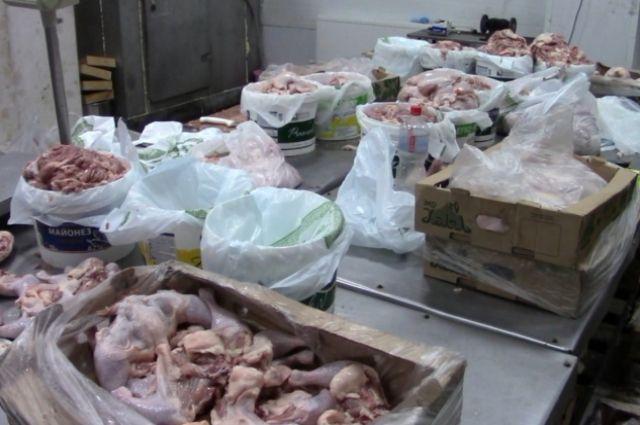 350 килограммов «опасного» мяса птицы изъяли в Ижевске.