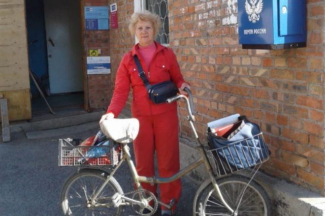 Здесь, в местном почтовом отделении, Лариса Азарова берёт разноску и отправляется на велосипеде на свой участок