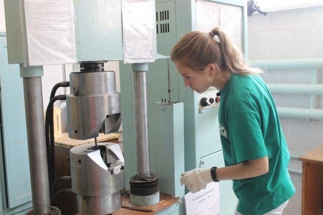 В лаборатории материалы проверяют на прочность.