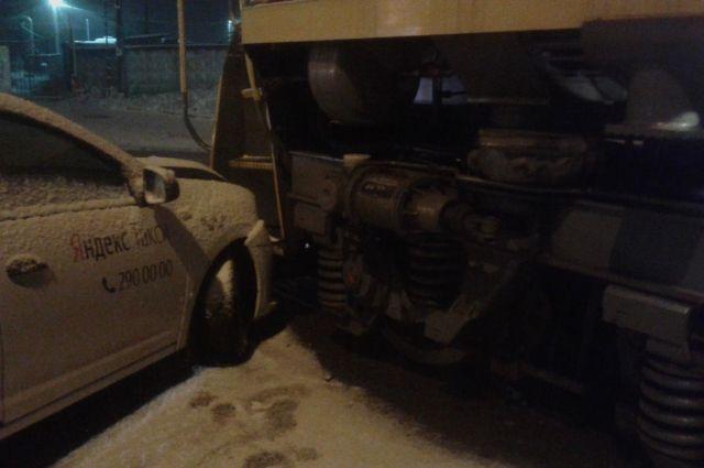 В результате ДТП пострадала 33-летняя пассажирка такси. Ей оказали медицинскую помощь на месте. По факту ДТП проводится проверка.