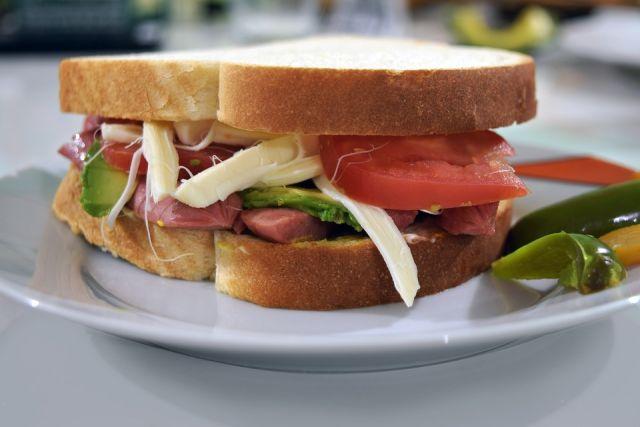 С грушей и беконом. 10 рецептов необычных бутербродов