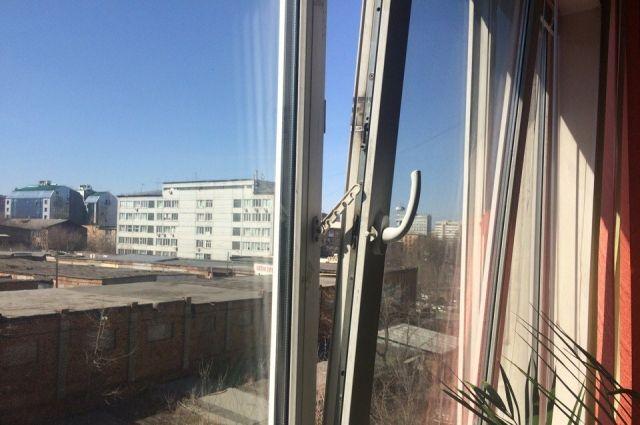 Предварительно установлено, что женщина упала, поправляя на окне занавеску.