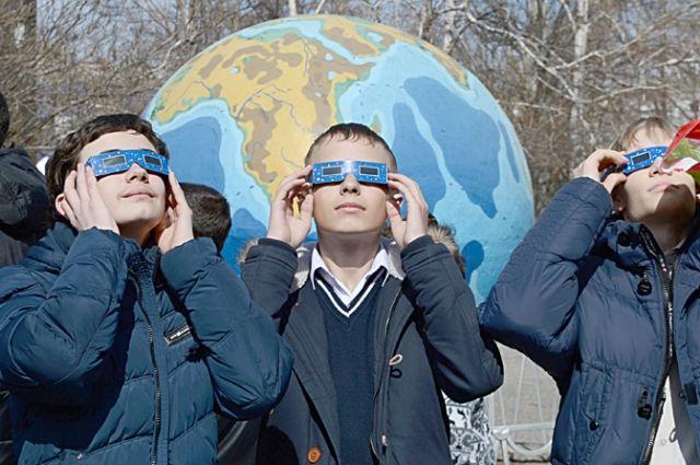 Звезды манят мальчишек, как и во времена Гагарина. По крайней мере, посмотреть на солнечное затмение пришли многие из них.