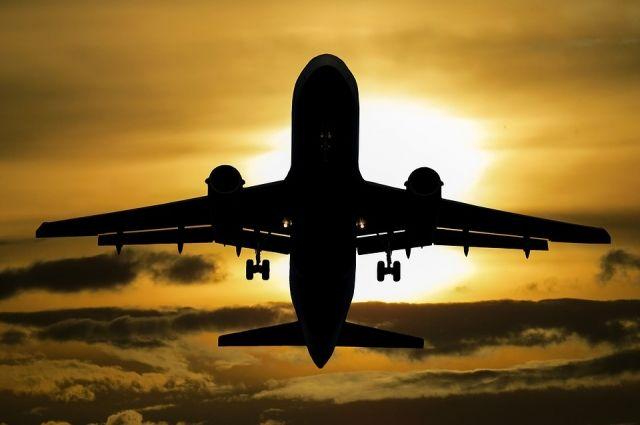 Самолёт летел из Тюмени в Москву.