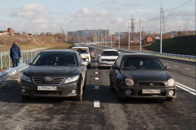 Новосибирцы со стаканом протестировали новую дорогу