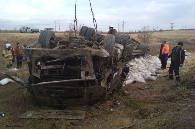 В результате ДТП водитель большегруза от полученных травм скончался на месте.
