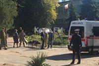 Соцсети и местные сайты сообщают об автоматчиках и теракте в колледже в Керчи.