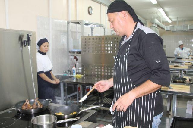 В конкурсной лаборатории колледжа свершалось настоящее кулинарное таинство.