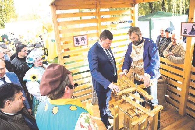 Губернатор Александр Никитин узнаёт о тонкостях старинного ремесла.