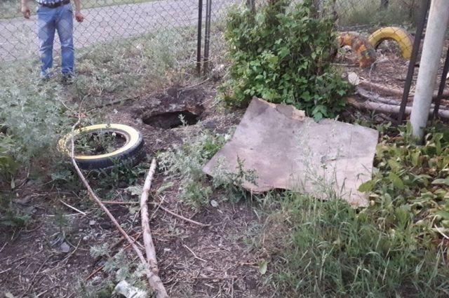 В семье воспитывалось двое детей, никто не побеспокоился о том, чтобы закрыть яму крышкой и огородить ее.