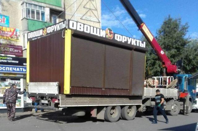 В Оренбурге убирают незаконные объекты.