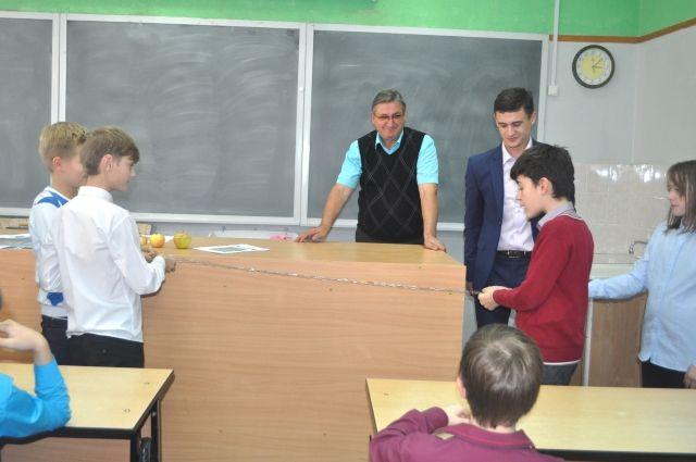 Школьники собирали электрические цепи.