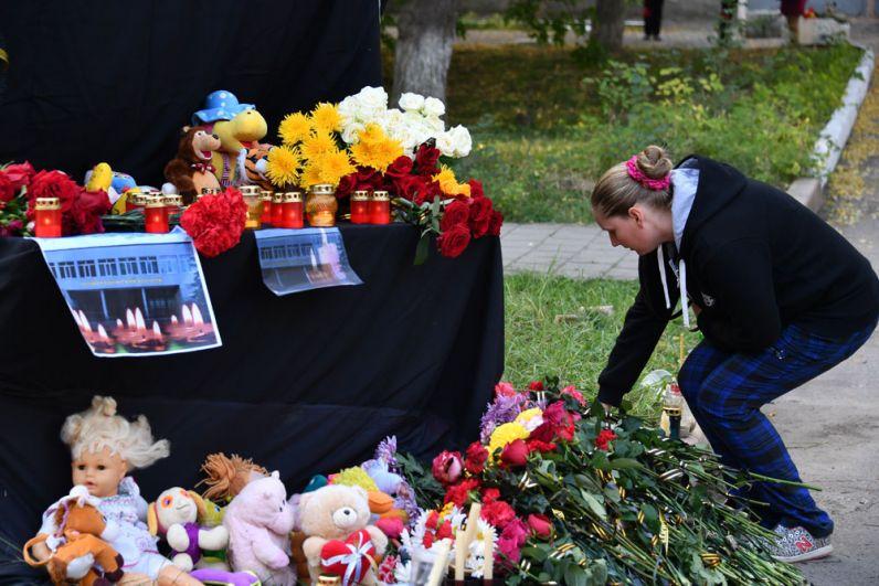 Женщина у народного мемориала в Керчи в память о погибших в Керченском политехническом колледже, в котором произошли взрыв и стрельба.