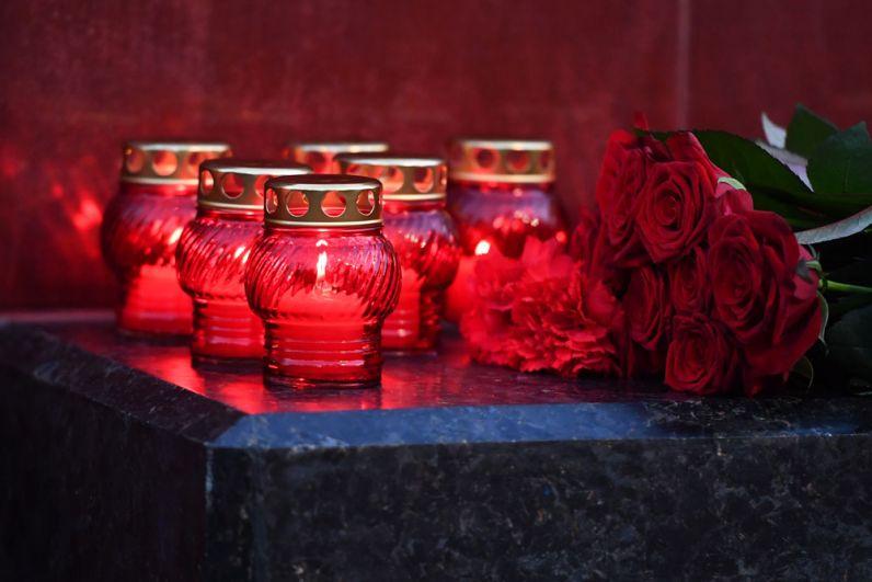 Цветы и свечи на памятнике городу-герою Керчи в Александровском саду в Москве в знак траура по погибшим при взрыве в колледже в Керчи.