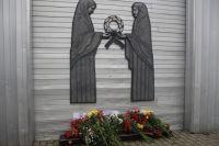 Салехардцы несут цветы к Скорбящей матери в память о погибших в Керчи