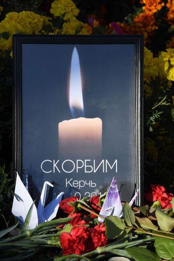 Цветы у народного мемориала во Владивостоке в память о погибших в Керченском политехническом колледже, в котором произошли взрыв и стрельба.