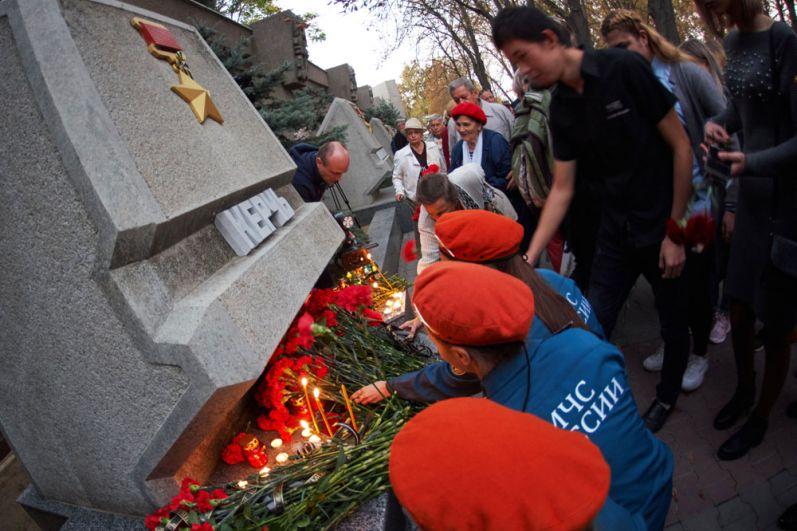 Жители Севастополя участвуют в акции памяти погибших при нападении на керченский колледж.