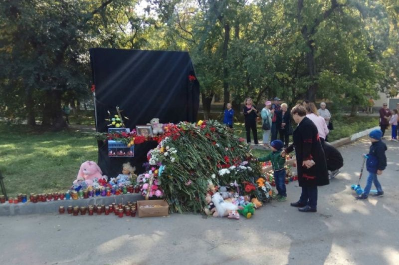У народного мемориала на улице в Керчи, где в Керченском политехническом колледже произошли взрыв и стрельба.