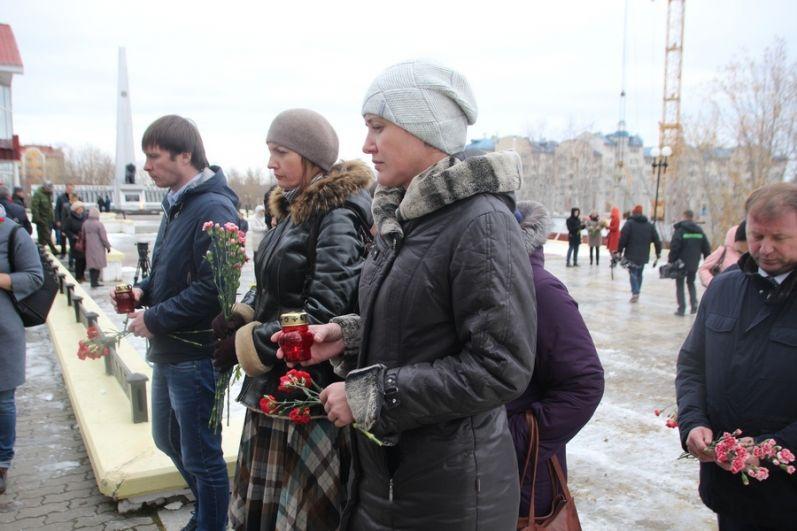 Салехард, монумент Скорбящей матери на площади у КДЦ «Наследие». Цветы в память о жертвах трагедии в Керчи.