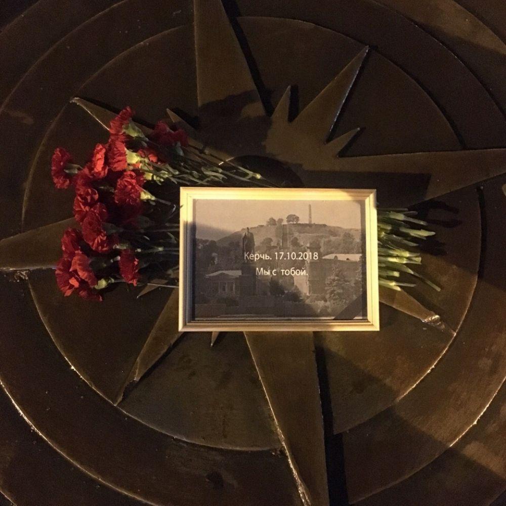 Цветы в память о жертвах трагедии в Керчи возложили в Тюмени.