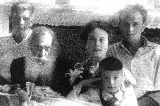 Отец Павел с семьей.