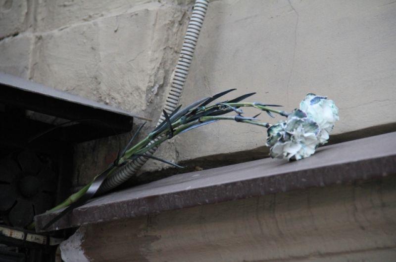 Петербуржцы возлагают цветы и почитают память погибших минутой молчания.