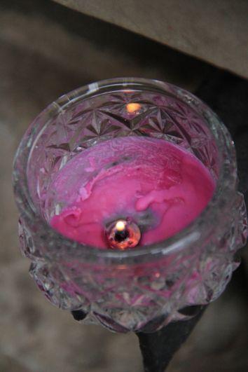 Петербуржцы зажигают свечи в память о жертвах трагедии в Керчи.