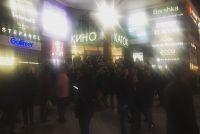Посетители торговых центров вышли на улицу.
