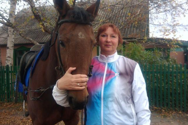 Кобыле Композиция 9 лет. Раньше эта русская рысистая лошадь участвовала в бегах, потом Лариса Яштылова подготовила её для конкура.