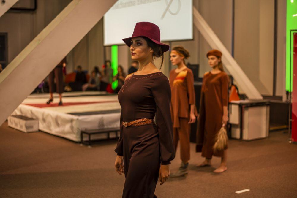 Модели демонстрировали современные варианты гардероба на любой случай.