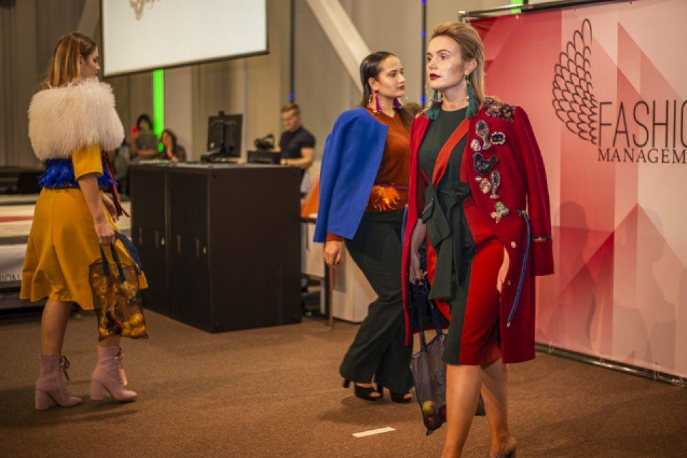 Тем временем, на сцене презентовали одежду от модельеров из Сибири и не только.