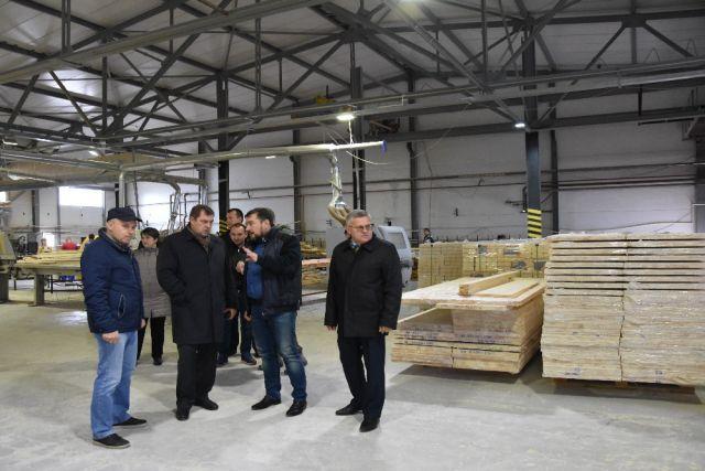 Зампредседателя правительства региона Виталию Артёмову на предприятии показали не только производство, но и питомник, в котором выращивают саженцы сосны.