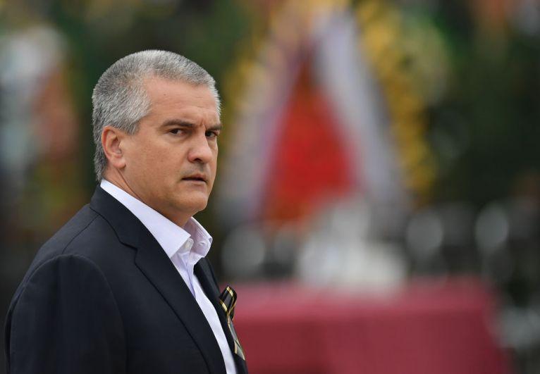 Глава Республики Крым Сергей Аксёнов во время церемонии прощания с погибшими при нападении на Керченский политехнический колледж.