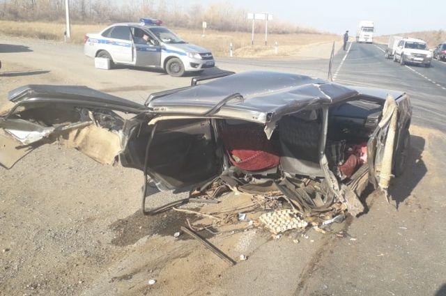 После ДТП автомобиль разорвало на части.