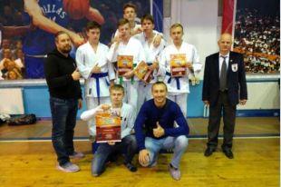 В соревнованиях приняли участие около 100 борцов со всей России.