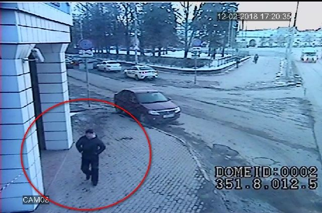 Убийца Александра Заварзина вышел из такси направляется к дому бизнесмена.