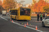 Мужчина получил травму головы в результате драки и упал на землю, где на него наехал автобус.