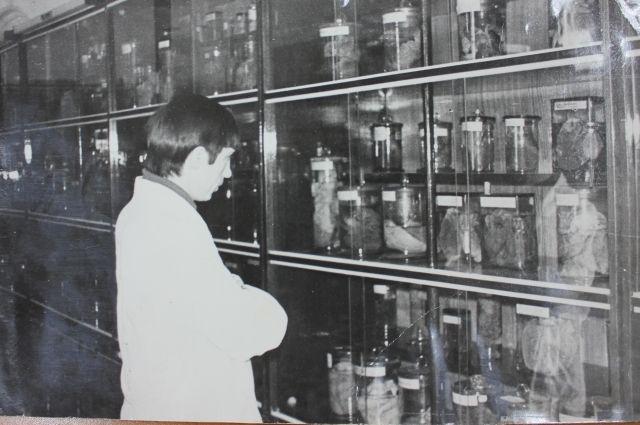 Студенты-медики в музее кафедры. 1960-е годы.