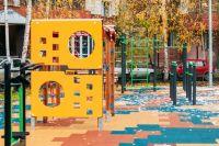 В тюменском дворе на улице Широтной появились детские площадки и парковки