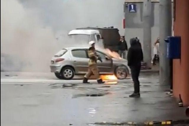 Иномарка загорелась на повороте с Красного проспекта на ул. Ленина.