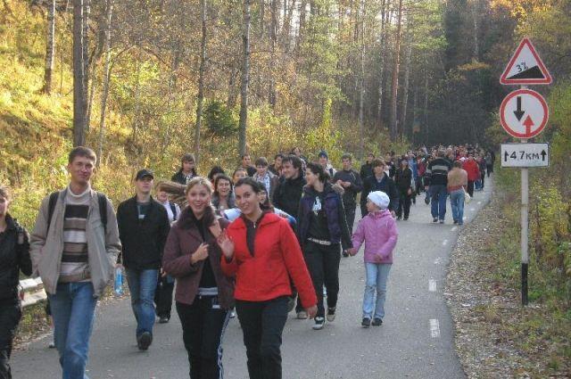 Туристы благополучно добрались до остановки общественного транспорта.