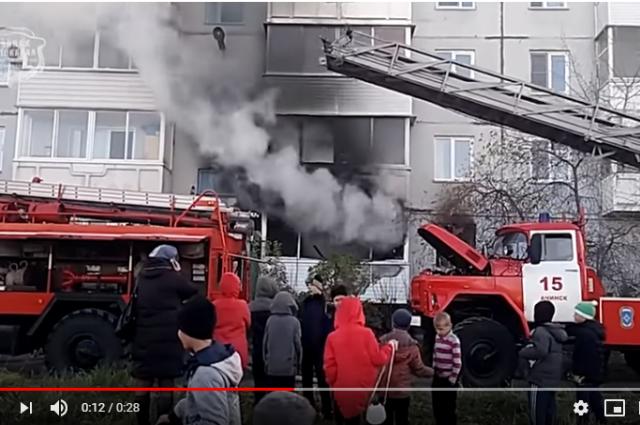 Загорелась квартира в многоэтажке.