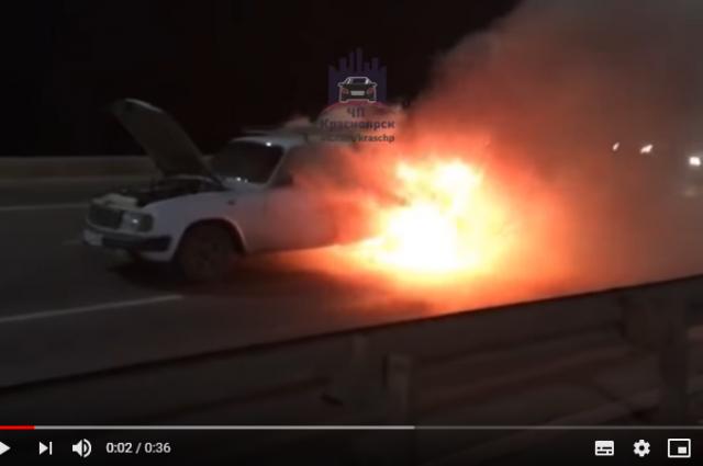 На кадрах авторегистратора можно увидеть, что автомобиль весь в огне.