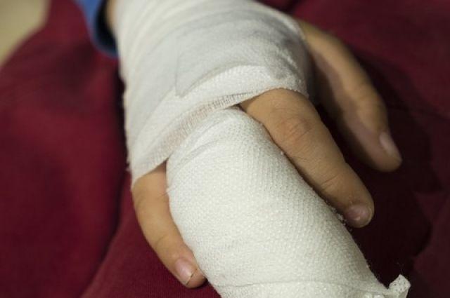 Во время игры ребенок травмировал металлической трубой руку.